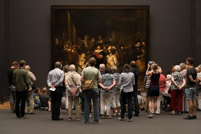 Visitantes na frente do relógio de noite imagens de stock royalty free