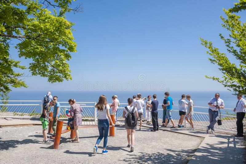 Visitantes na plataforma da visão de Königsstuhl em Sassnitz fotos de stock