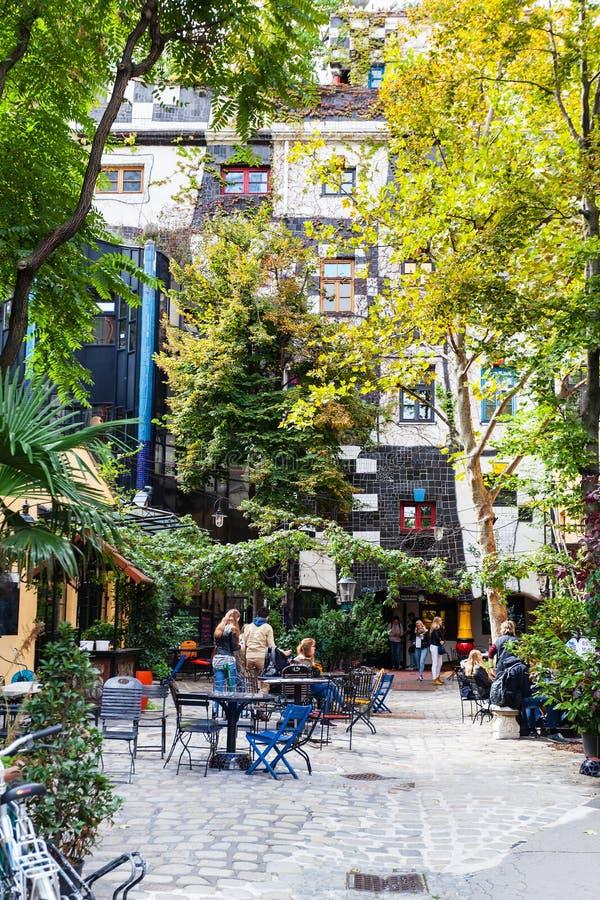 Visitantes no café na jarda de Kunst Haus Wien Viena fotografia de stock