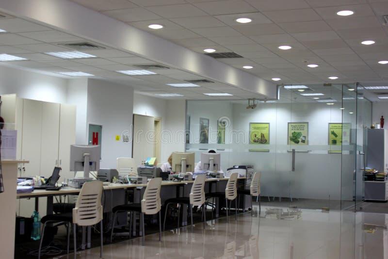 Visitantes no escritório do banco da porcelana