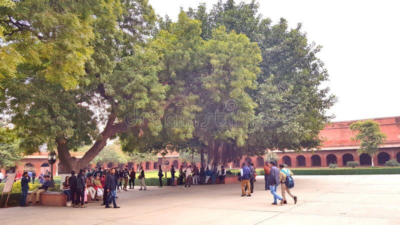 Visitantes no identificados en el campus de Taj Mahal imágenes de archivo libres de regalías