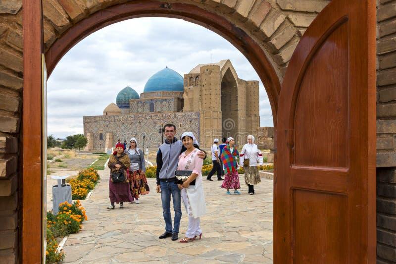 Visitantes no Khoja Ahmed Yasawi Mausoleum em Turkestan, Cazaquistão imagem de stock