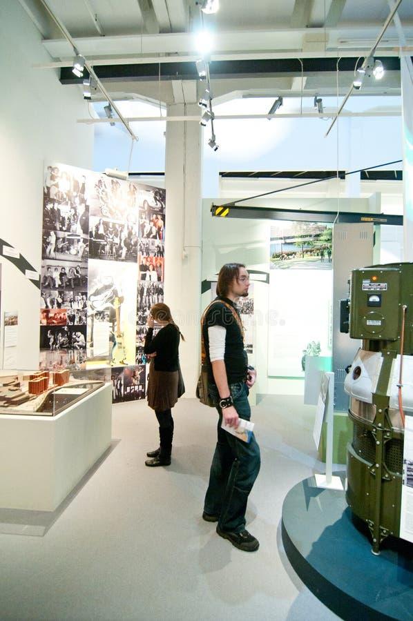 Visitantes no museu de Tampere foto de stock