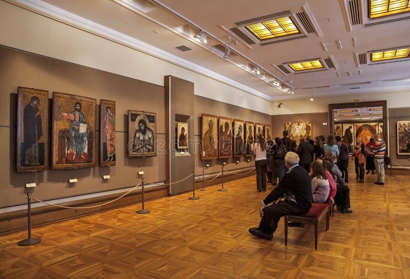 Visitantes no salão da arte velha na galeria de Tretyakov, Moscou do russo fotos de stock royalty free