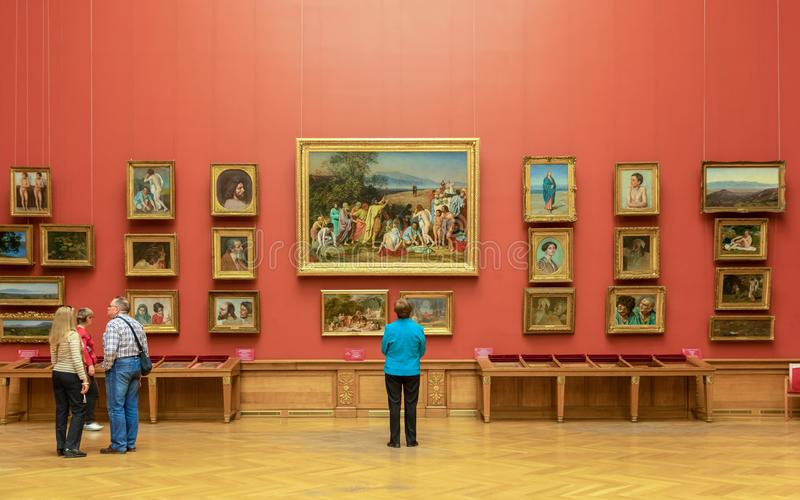Visitantes olhando para a pintura no Museu Estadual Russo em São Petersburgo imagens de stock royalty free