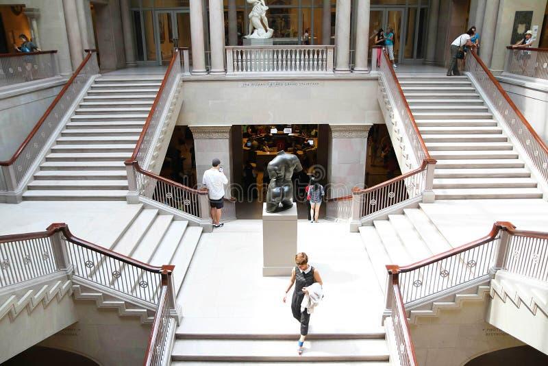 Visitantes que andam abaixo de Art Institute da escadaria grande de Chicago fotos de stock
