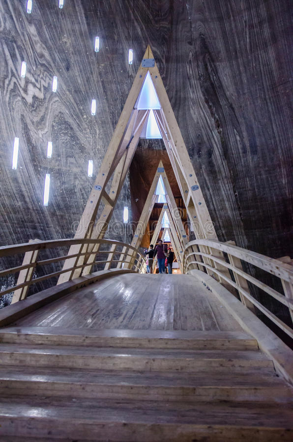 Visitantes que andam em uma ponte de madeira na mina de sal T fotografia de stock