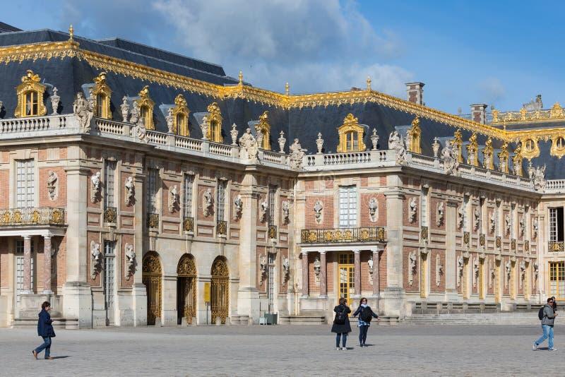 Visitantes que andam no palácio Versalhes do pátio perto de Paris, França imagem de stock