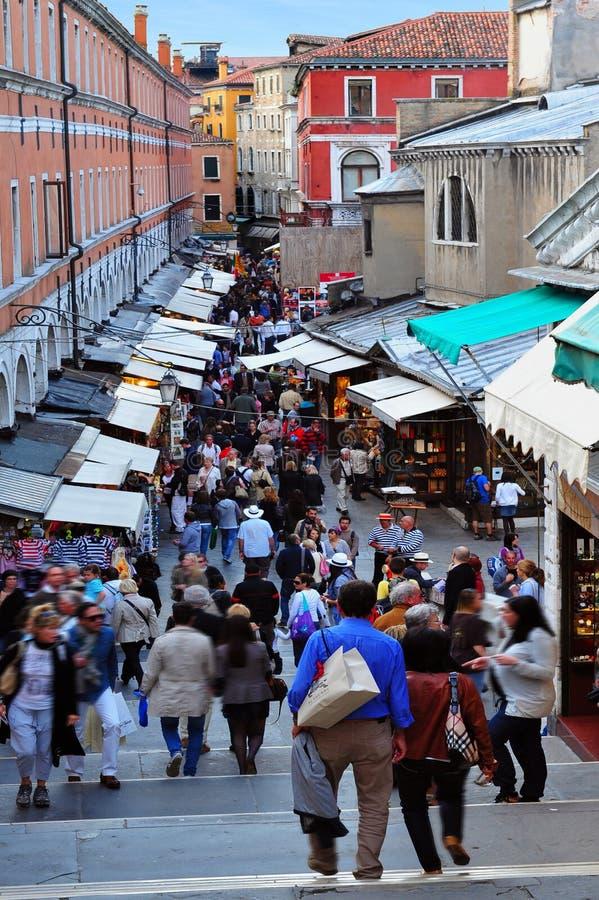 Visitantes que andam para baixo para o mercado de peixes de Veneza, Itália imagens de stock