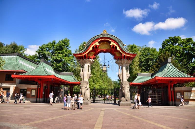 Visitantes que compram um bilhete na entrada de Berlin Zoo, Alemanha fotos de stock royalty free