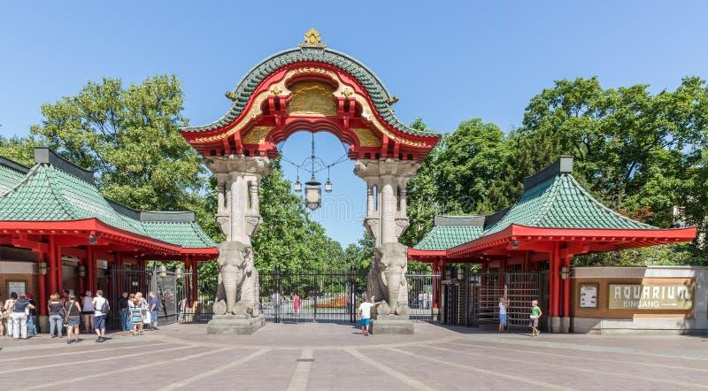 Visitantes que compran un boleto en la entrada de Berlin Zoo, Alemania imagen de archivo