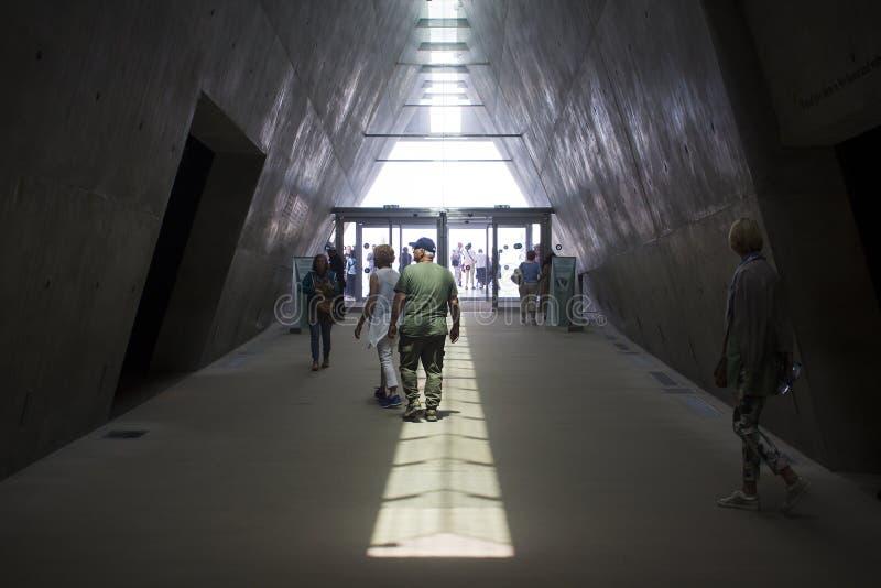 Visitantes que deixam a escuridão do museu de Yad Vashem no Jerusalém Israel e que movem-se na luz brilhante do dia fotos de stock royalty free
