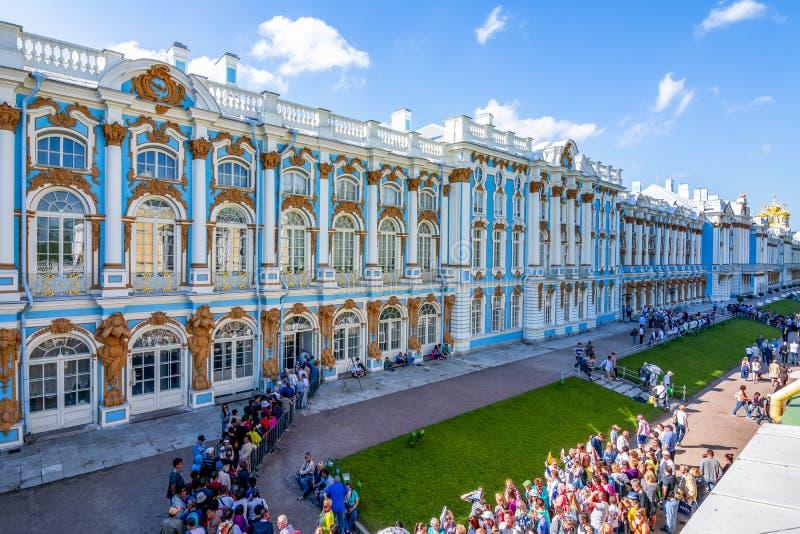 Visitantes que esperan en línea para inscribir a Catherine Palace en Tsarskoe Selo Pushkin, St Petersburg, Rusia foto de archivo libre de regalías