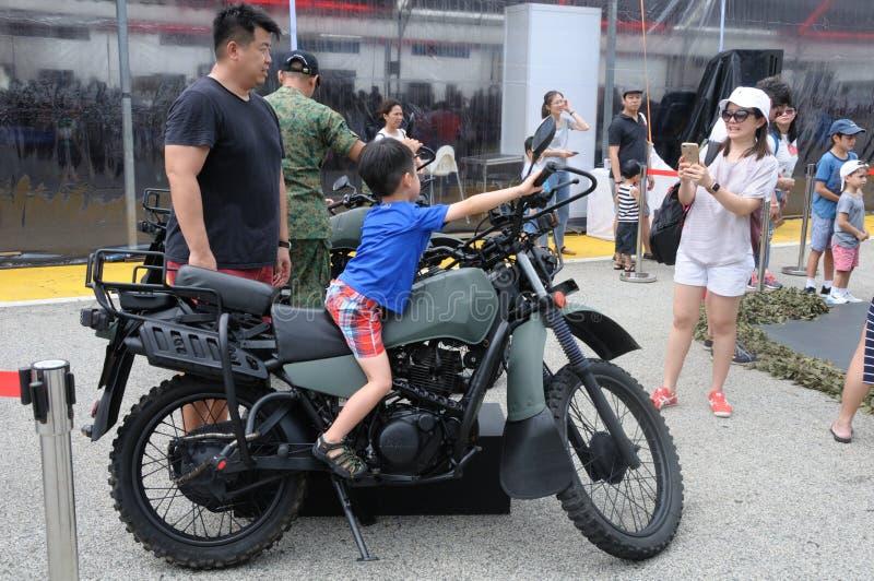 Visitantes que exploram a motocicleta de Yamaha Tw200 na casa aberta 2017 do exército em Singapura fotografia de stock royalty free