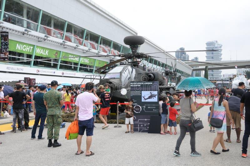 Visitantes que exploram o Apache na casa aberta 2017 do exército em Singapura fotos de stock