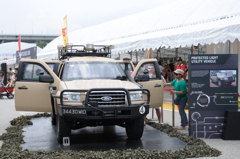 Visitantes que exploram o veículo de Ford Everst Protected Light Utility na casa aberta 2017 do exército em Singapura fotos de stock royalty free