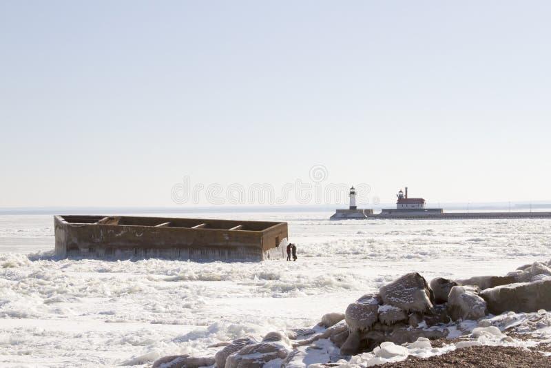 Visitantes que exploran el pesebre en el lago Superior congelado en Duluth, M fotos de archivo