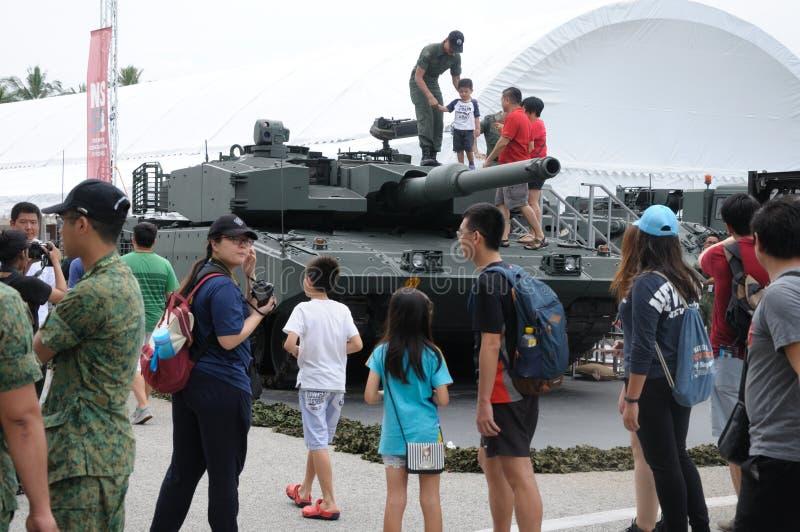 Visitantes que exploran el tanque de leopardo en la casa abierta 2017 del ejército en Singapur imagenes de archivo