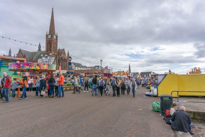 Visitantes que gozan de la comida y de Viking Festival de Largs imagenes de archivo