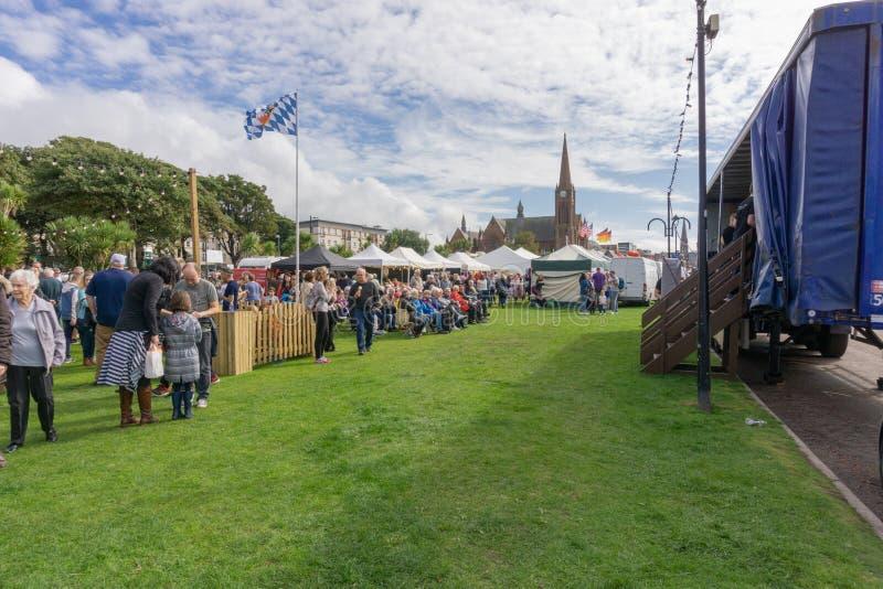 Visitantes que gozan de la comida y de Viking Festival de Largs fotografía de archivo