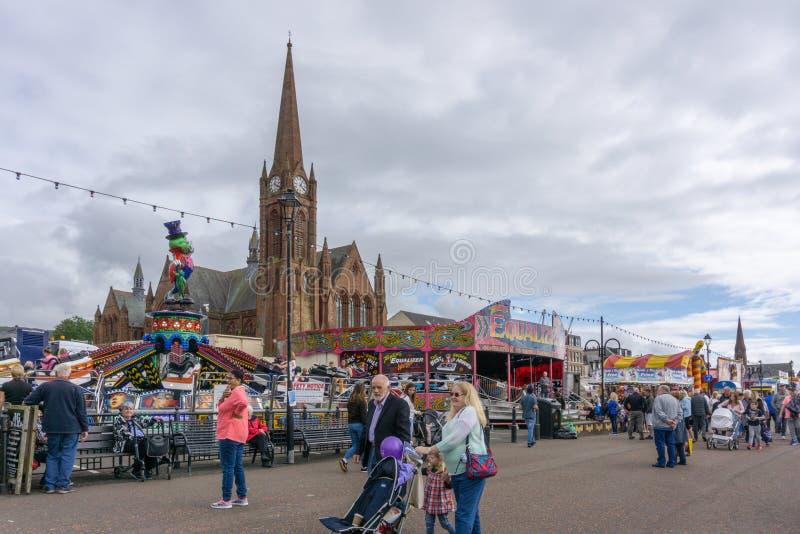 Visitantes que gozan de la feria y de Viking Food Festival de Largs imagen de archivo