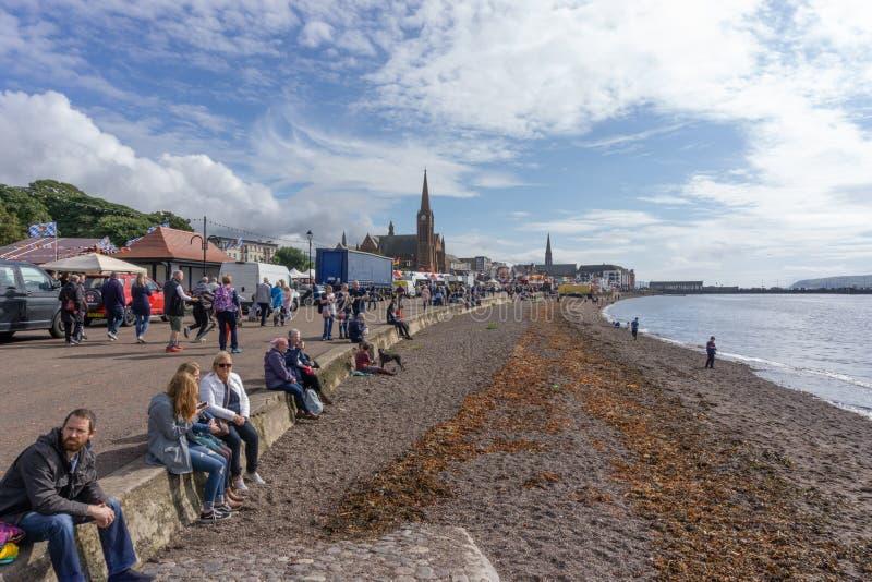 Visitantes que gozan de la orilla del mar de Largs en la comida y Viking Festival fotos de archivo libres de regalías