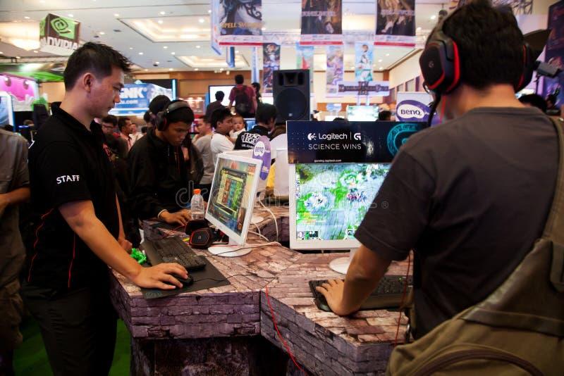 Visitantes que juegan a los videojuegos en la demostración de juego de Indo 2013 fotos de archivo libres de regalías