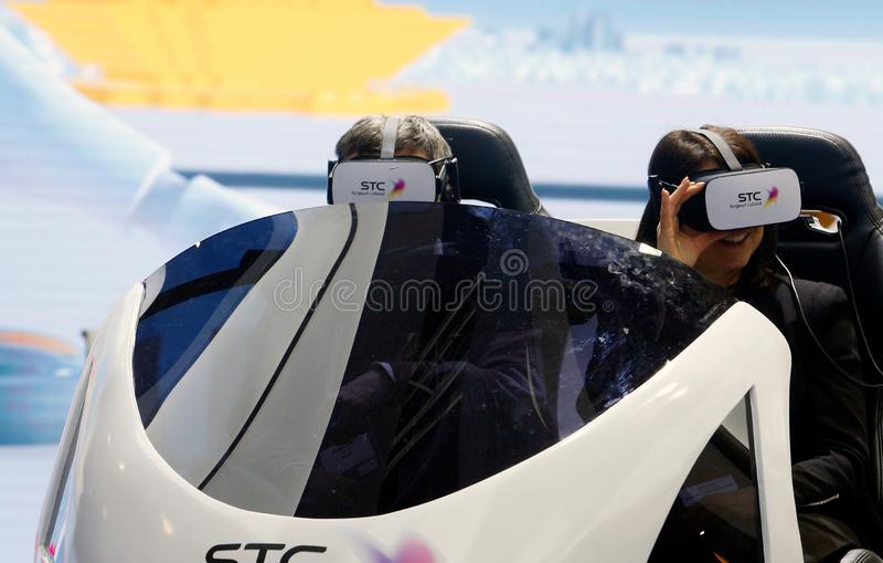 Visitantes que prueban experiencia del abejón de VR en la cabina de la STC en MWC 2019 imagen de archivo libre de regalías