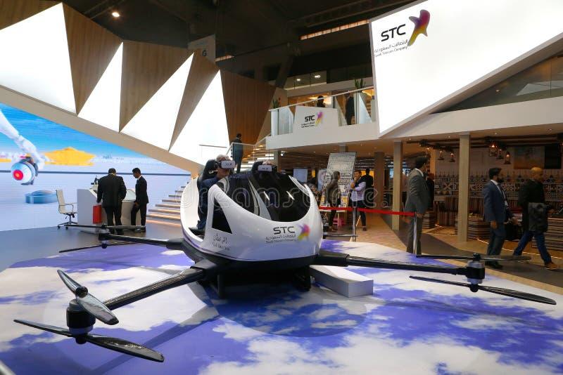 Visitantes que prueban experiencia del abejón de VR en la cabina de la STC en la opinión amplia de MWC 2019 fotografía de archivo