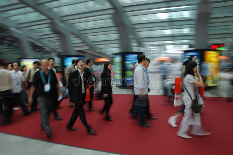 Visitantes que recorren en el complejo justo imagen de archivo