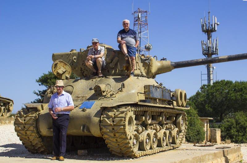 Visitantes sobre Sherman Tank rejeitado no radar de HarAdar olá! foto de stock