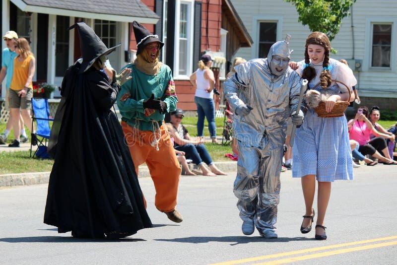 Visitantes vestidos acima como dos caráteres amados que andam em anual toda a parada da onça das coisas, Chittenango, New York, 2 imagem de stock