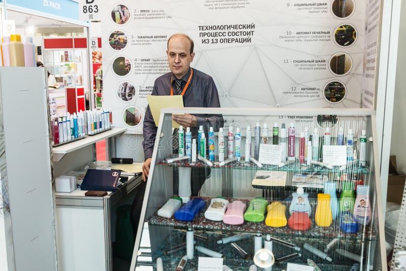 Visitantes y expositores que visitan los soportes y los objetos expuestos en imagen de archivo