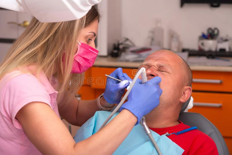 Visite au dentiste, traitement dentaire, nettoyage de carie de calcul dentaire image libre de droits