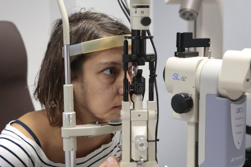 Visite au petit groupe d'ophtalmologue photo stock