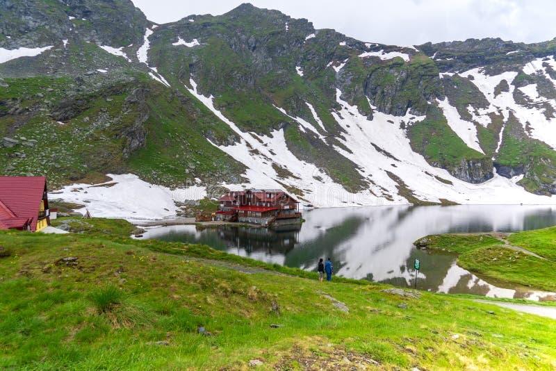 Visite autour de lac Balea en montagnes de Fagaras photos libres de droits