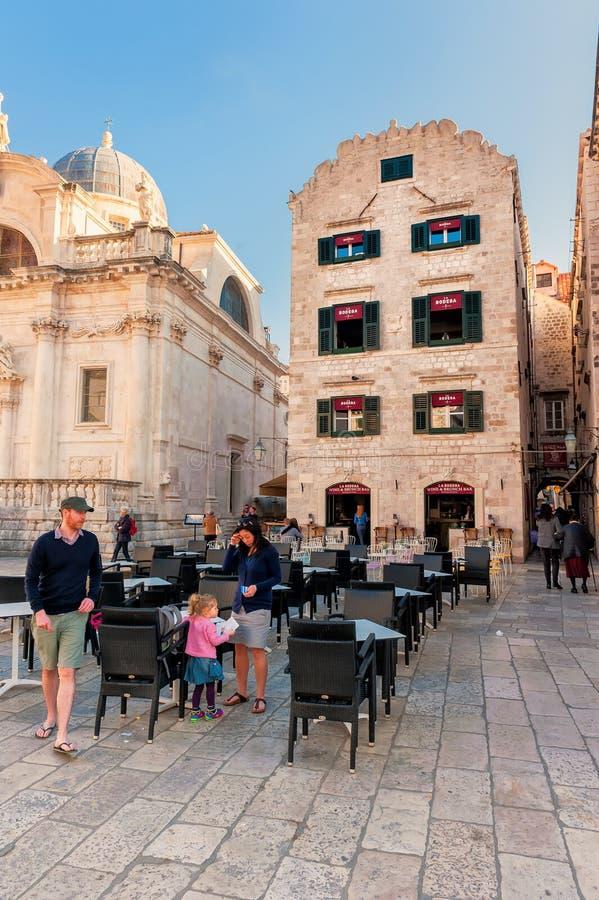 Visite d'Ourists la vieille ville de Dubrovnik, site de patrimoine mondial d'un UNESCO photos stock