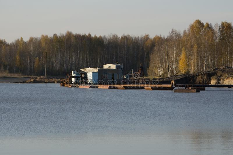 Visite de bateau-maison dans les mares flottant la conception photo stock