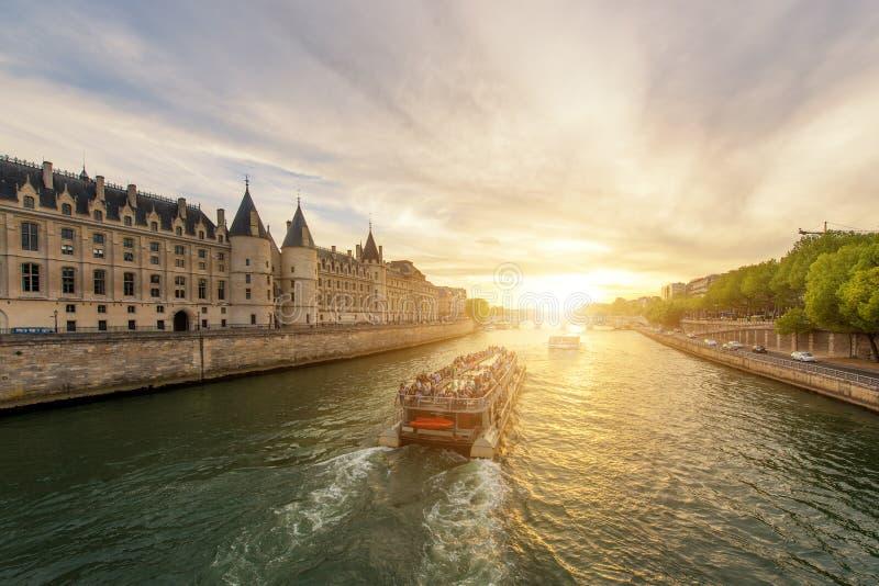 Visite de bateau sur la Seine avec le coucher du soleil à Paris, France photographie stock