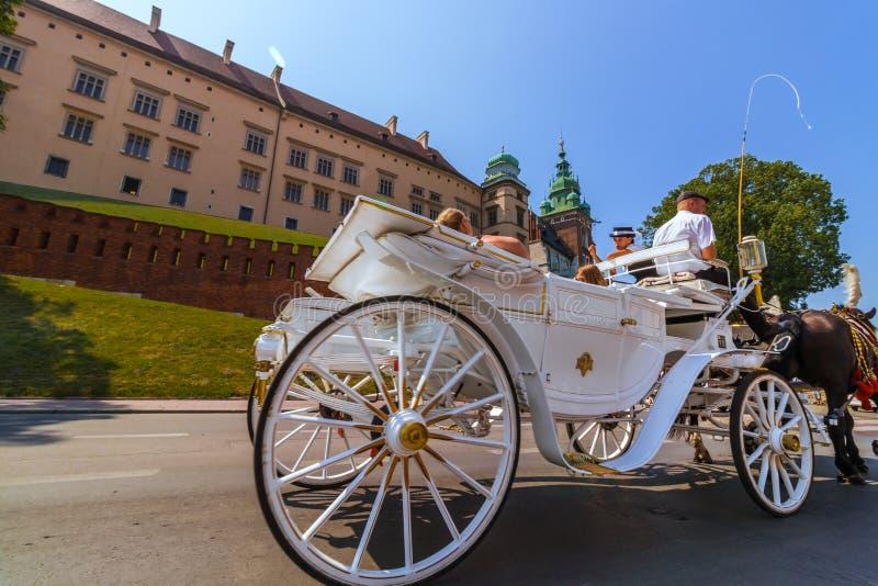 Visite de chariot de cheval de Cracovie (Cracovie) - Pologne au château de Wawel images stock