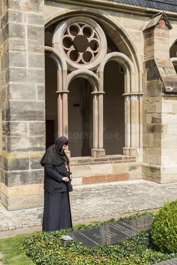 Visite de femme une tombe en Allemagne photo libre de droits