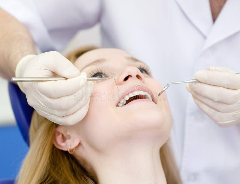 Visite de fille au dentiste photographie stock