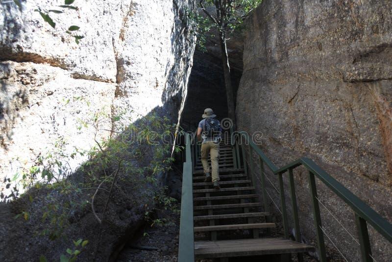 Visite de touristes d'homme au site d'art de roche de Burrungkuy Nourlangie dans le territoire du nord de parc national de Kakadu photo libre de droits