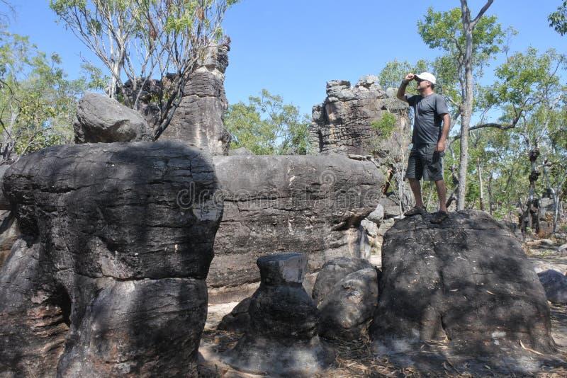 Visite de touristes d'homme au territoire du nord perdu Australie de parc national de Litchfield de ville photo stock