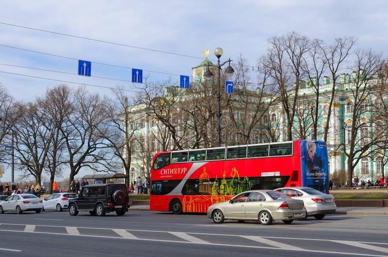 Visite de ville d'autobus d'excursion près de musée d'ermitage d'état, St Petersburg, Russie photo stock
