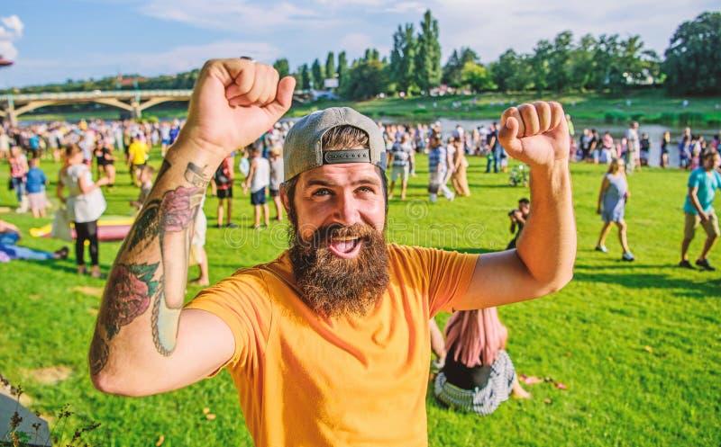 Visite du festival d'été Fête d'été Hipster dans la casquette joyeuse fête d'événement fêtes ou festival Hirondelle à barbe devan image stock