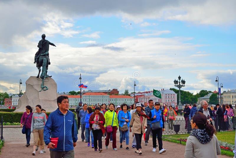 Visite o grupo de China perto do monumento ao cavaleiro de bronze fotografia de stock