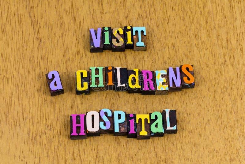 Visite pacientes hospitalares cuidando de cuidados ajudam bondade frase letterpress fotografia de stock