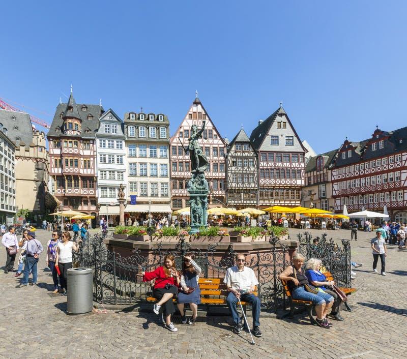 Visite Romerberg (Romerplatz) de personnes avec de vieux bâtiments en Frank photos stock