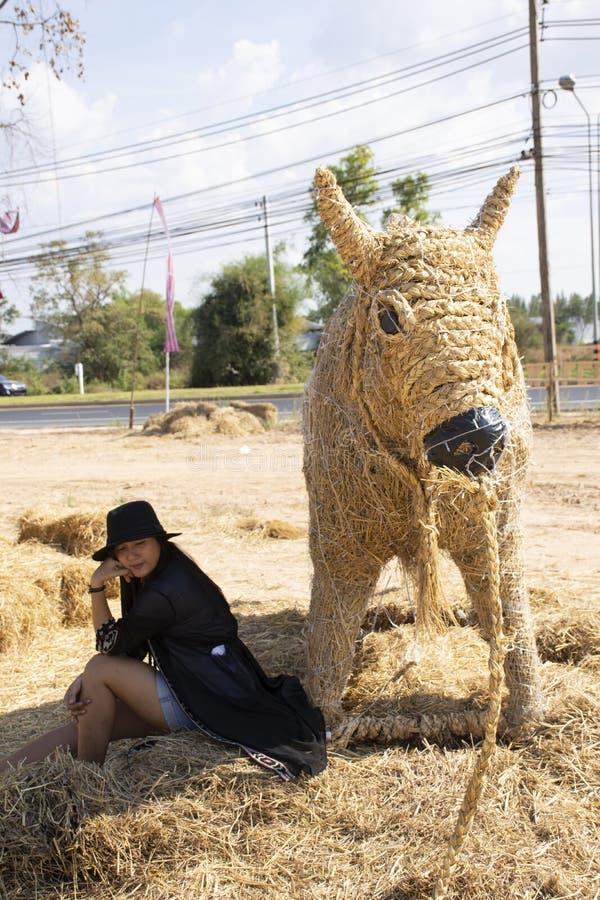 Visite thaïlandaise de voyage de personnes de femmes de voyageurs et portrait de pose pour le chiffre Festiva d'homme de marionne photographie stock